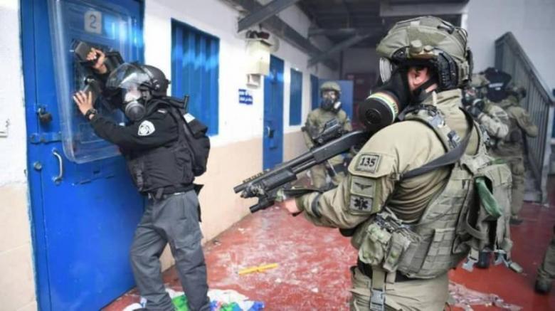 """إصابة 90 أسيرًا باعتداء قوات الاحتلال على أسرى """"النقب"""""""