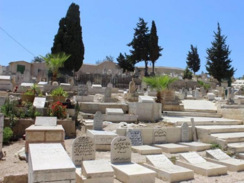 """""""إسرائيل"""" تقرّ بناء ملجأ للمشردين فوق قبور إسلامية"""