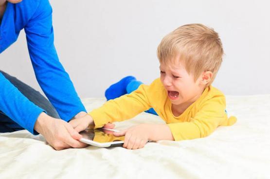لكِ.. كيف تتعاملين مع ابنك العنيد؟