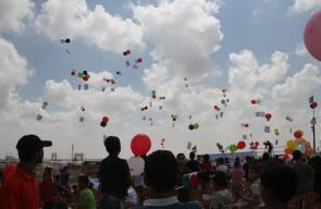 إطلاق البلالين لفعالية أطفال في وجه الحصار في مخيم العودة شرق غزة