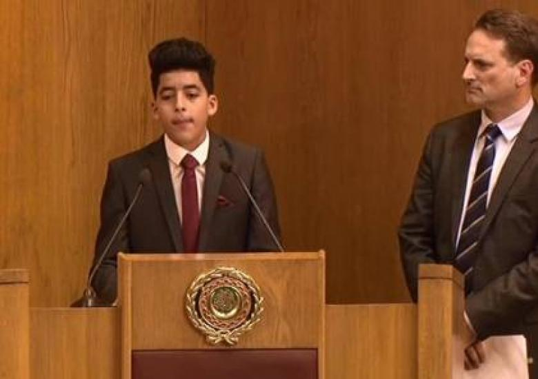 فتى فلسطيني يثير اجتماع الجامعة العربية