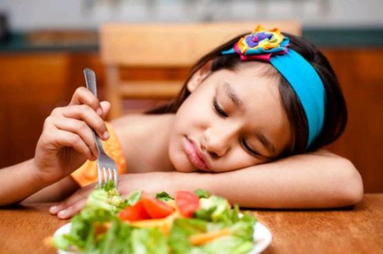 كيف تتصرّفين عندما يرفض طفلك الطعام؟