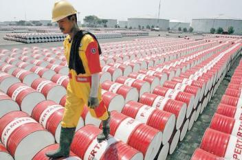 انخفاض أسعار النفط عالمياً لأدنى مستوى