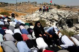 عشرات المقدسيين يؤدون الجمعة في واد الحمص