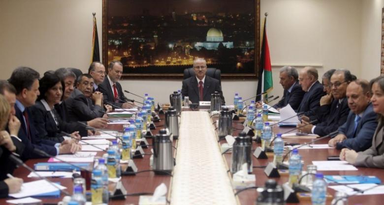 حماس تدعو الحكومة لرفع العقوبات أو تقديم استقالتها