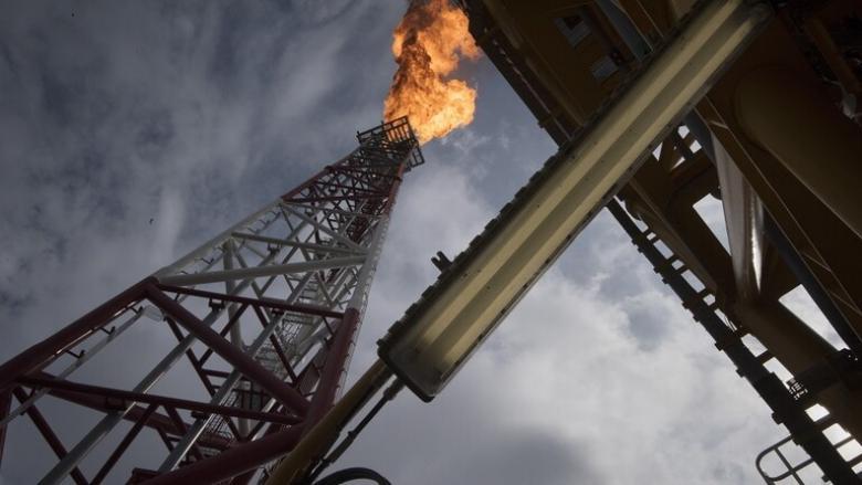 أسعار النفط تهبط إلى أدى مستوى لها منذ أكثر من عام
