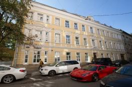 سائق فيراري يقتحم بسيارته مركزا تجاريا في موسكو