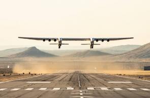 أكبر طائرة في العالم تقوم بأول رحلة تجريبية فوق ولاية كاليفورنيا الأمريكية