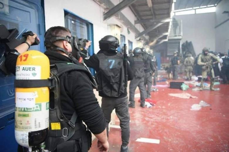 """قوات القمع الإسرائيلية تقتحم قسمي """"3""""و""""4"""" بسجن النقب"""
