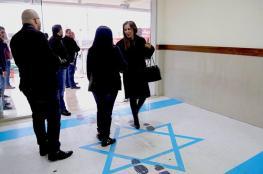 علم إسرائيل تحت أقدام وزيرة أردنية.. أزمة جديدة تحاصر عمان