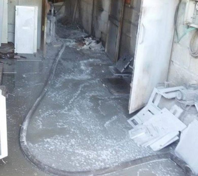 رام الله: الدفاع مدني يخمد حريقاً في معمل صناعات بلاستيكية