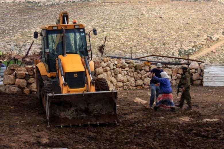 الاحتلال يستولي على شاحنة ويطرد مزارعين جنوب طوباس