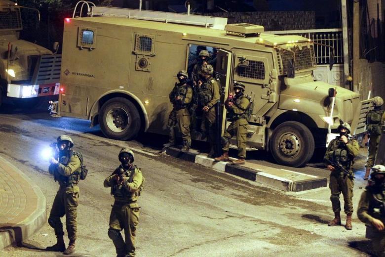 حملة اعتقالات ومداهمات بمدن الضفة المحتلة