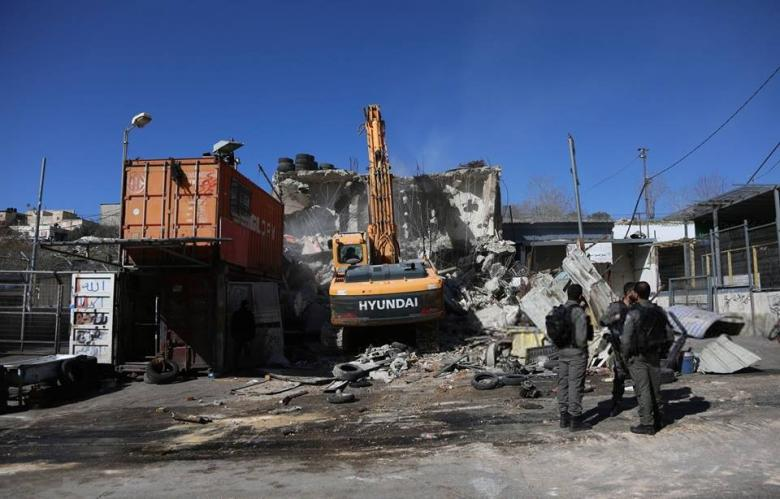 الاحتلال يهدم بركسين ومحطة غاز بالقدس وسلفيت