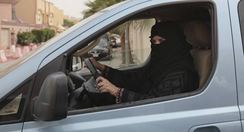 أول حادث من نوعه في السعودية... امرأة تدهس رجلا بسيارتها