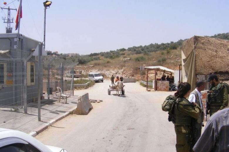 الاحتلال ينصب بوابة حديدية شمال رام الله
