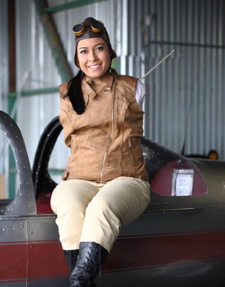 فتاة بدون ذراعين تقود طائرة بقدميها