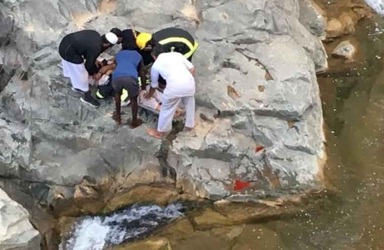 انهيار صخري على شاطئ يعج بالسياح في اليونان