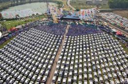 600 سيارة وشقق وودائع.. هدايا تاجر هندي لموظفيه