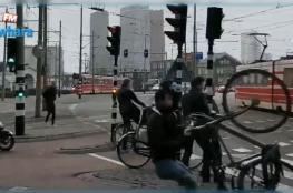 رياح قوية تطيح بالمارة في هولندا