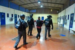"""الاحتلال يقتحم """"ريمون"""" وينقل ثلاثة أسرى لجهة مجهولة"""