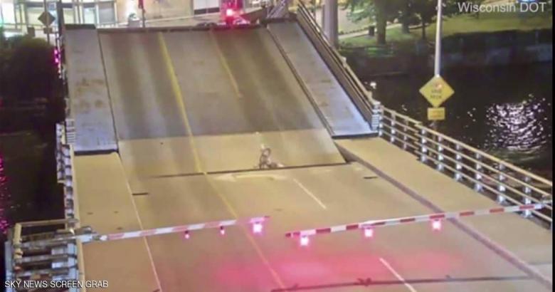 سيدة تسقط بين حافتي جسر متحرك