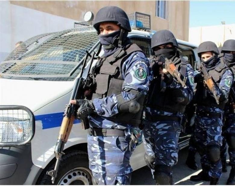 القبض على تاجر مخدرات استغل عائلته في تهريبها بالضفة