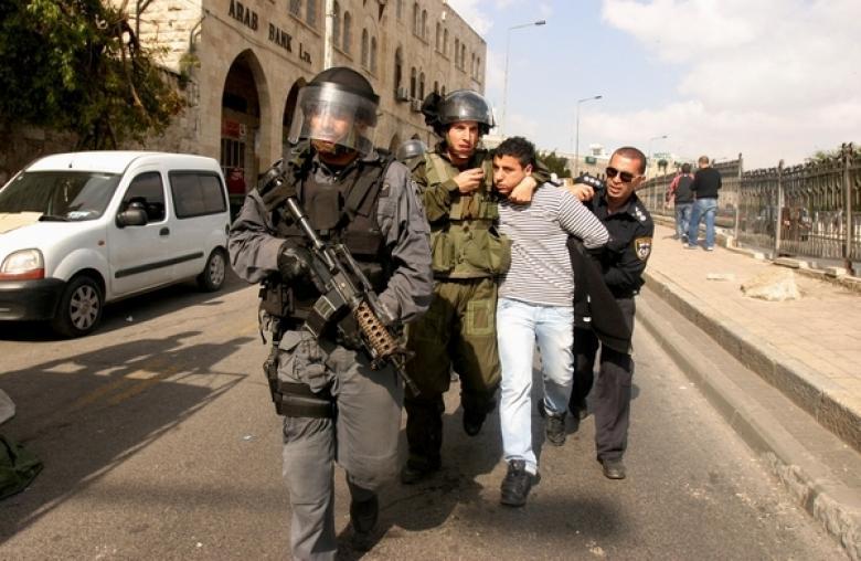 تمديد اعتقال عشرة مقدسيين لعضويتهم بمجموعة واتساب
