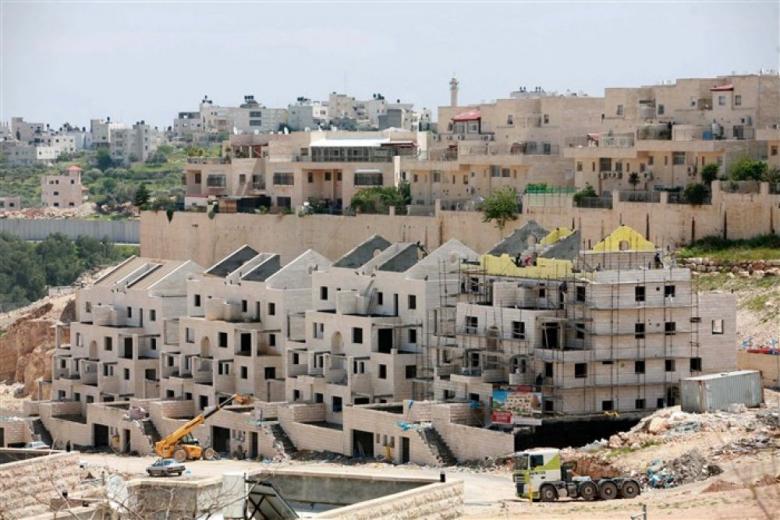الاحتلال يصادر أرض ويشرع بإقامة وحدات استيطانية جديدة بالضفة