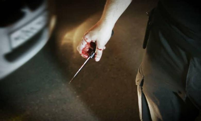 طالب يطعن مدرس بسكين بعد منعه من الغش