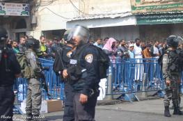 بالصور: الآلاف يؤدون الصلاة في شوارع القدس القديمة