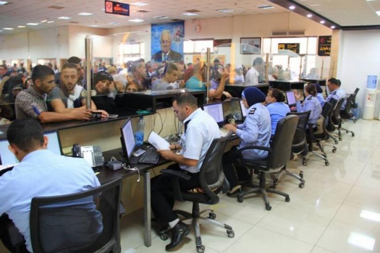 الاحتلال يمنع سفر 15 فلسطينيًا من معبر الكرامة