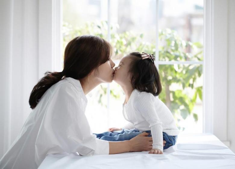 تقبيل الأطفال من الفم أسلوب لا تتبعوه