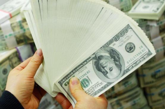 الدولار يهبط إلى أدنى مستوى في 4 أشهر