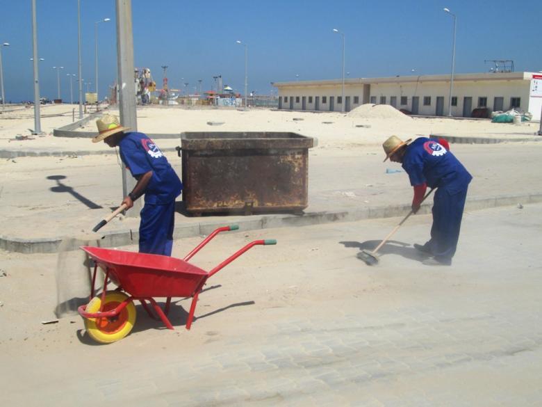 شركة محلية تبدأ عملها في نظافة ميناء غزة البحري