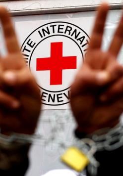 الصليب: زيارات أهالي الأسرى لن تتأثر بتعليق نشاطاتنا