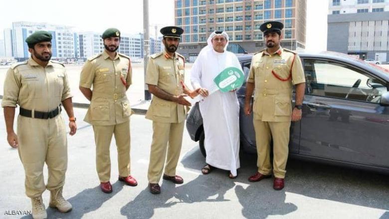 شرطة دبي تكافئ مقيما بسيارة إلى باب منزله