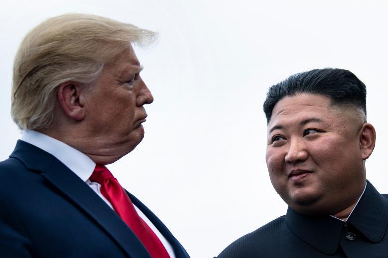 """بيونغ يانع تهدد """"آبي الأبله"""" بصاروخ قريب"""