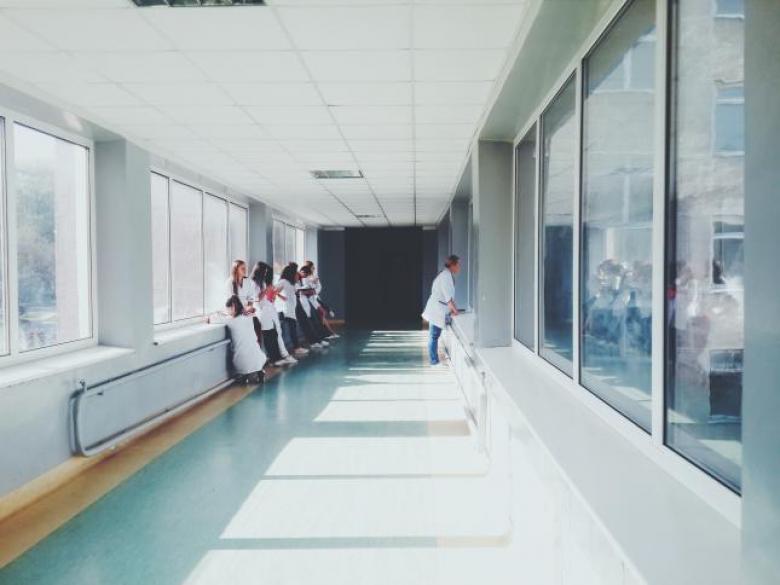 مستشفيات إسرائيلية تقر بفصل مريضات يهوديات عن عربيّات