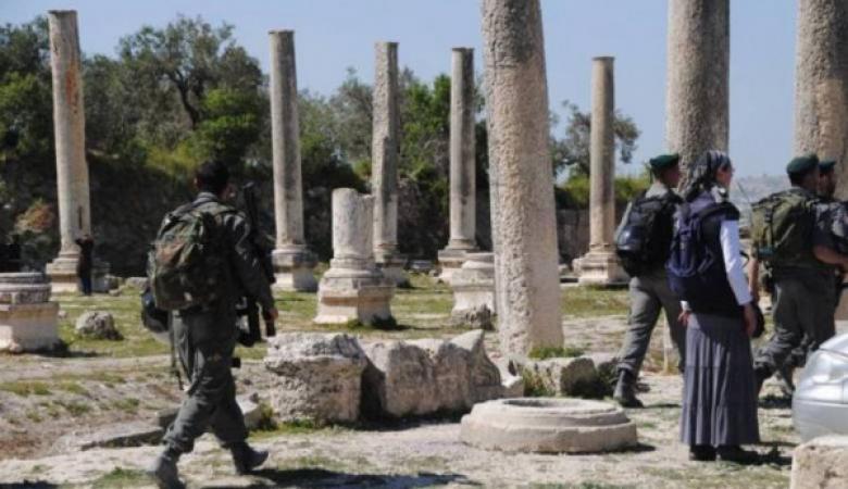 مستوطنون يقتحمون الموقع الأثري في سبسطية شمال نابلس