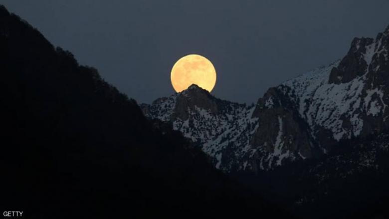 العالم يشهد ظاهرة القمر الوردي