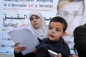 الاحتلال يمدد اعتقال الصحفي القيق لثلاثة أيام
