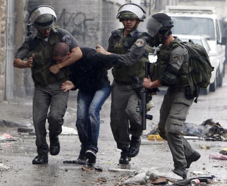 اعتقال شاب وتفتيشات استفزازية وسط مدينة القدس