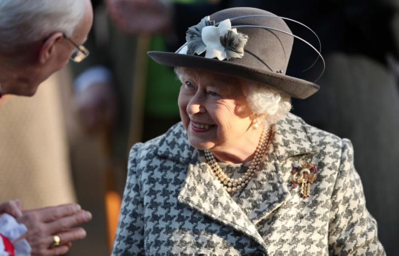 حيلة ذكية من الملكة إليزابيث إذا سئمت من الحديث مع شخص ما
