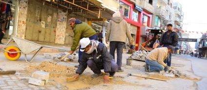 بلدية خانيونس ترمم الشوارع المتضررة من مياه الأمطار