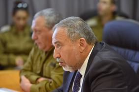 صحيفة عبرية: ليبرمان ألمح بالمسؤولية عن اغتيال البطش