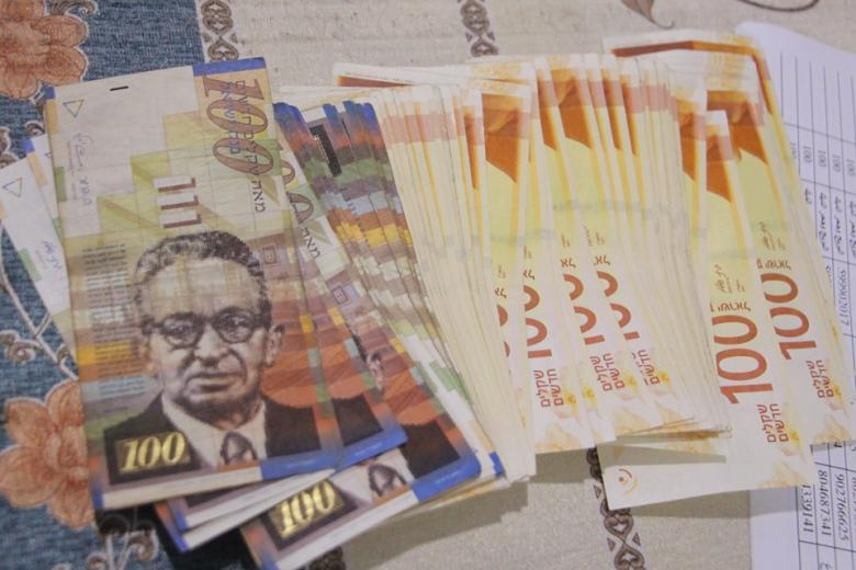 زكاة البريج توزع مساعدات نقدية على الأسر الفقيرة