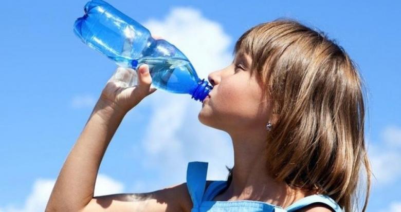 لهذه الأسباب... اشربوا الماء على معدة خاوية!
