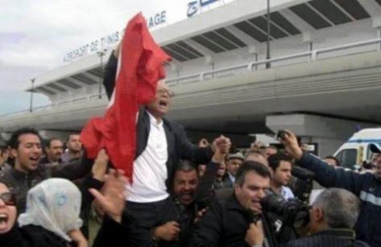 المرزوقي يحمل على الأعناق بعد عودته لتونس