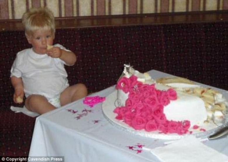 طفل يلتهم كعكة زفاف معدة لمائة شخص